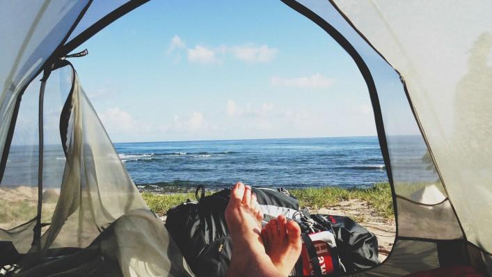spati v šotoru